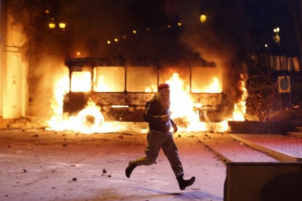 Молодчики подожгли милицейский автобус