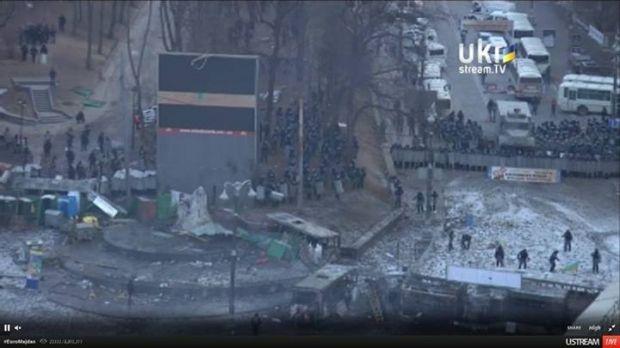 Правоохранители кидают камни в митингующих / Скріншот UKRSTREAM.tv