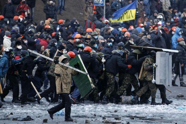 Протестующие идут в наступление на правоохранителей / REUTERS