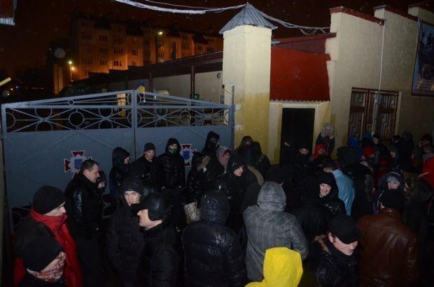 Блокировка воинской части внутренних войск во Львове.  /  Роман Балук / ZIK