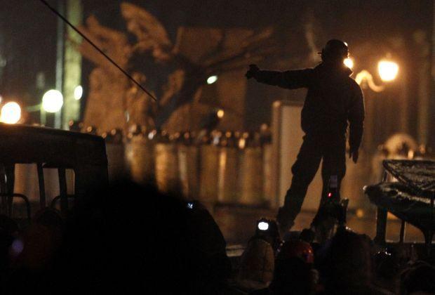 На Грушевского готовятся к столкновениям / REUTERS