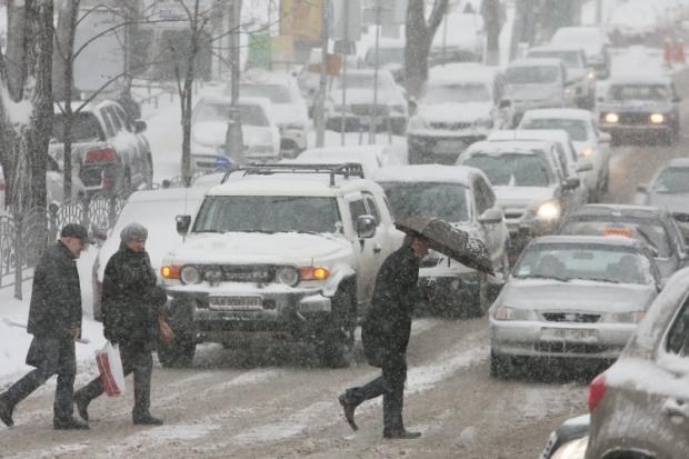 В Києві засніжені дороги