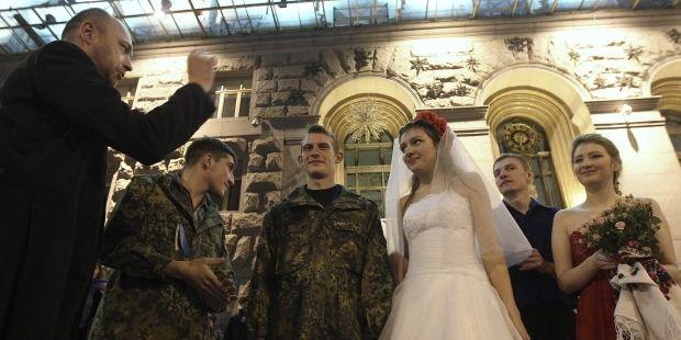 Свадебная церемония на революционном Майдане