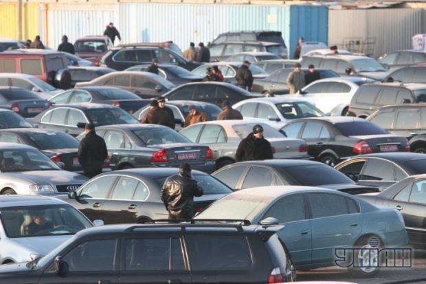 Автомобили на одном из авторынков в Киеве