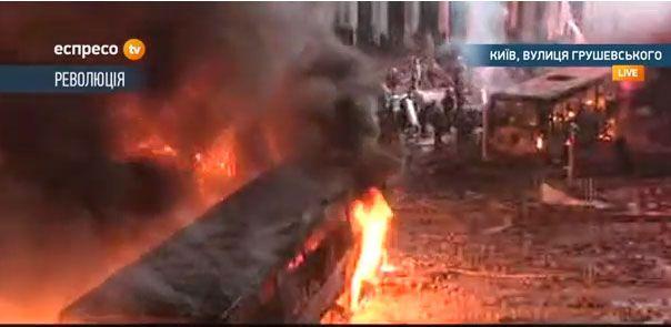 Горят все милицейские грузовики, преграждающие улицу Грушевского